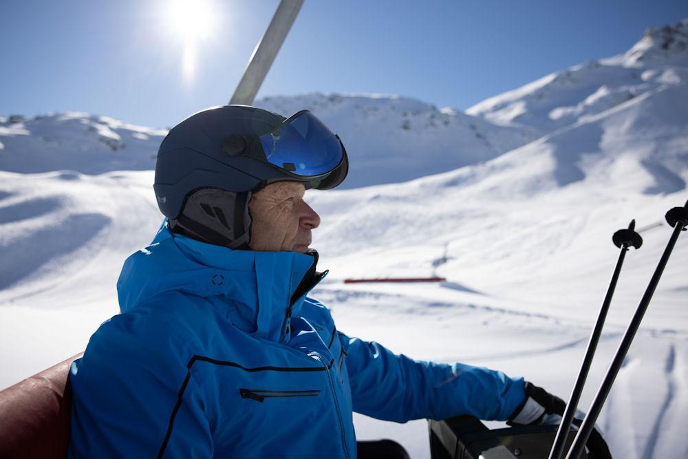 ski legende daniel mahrer geniet van de zon met cp skihelm in lift